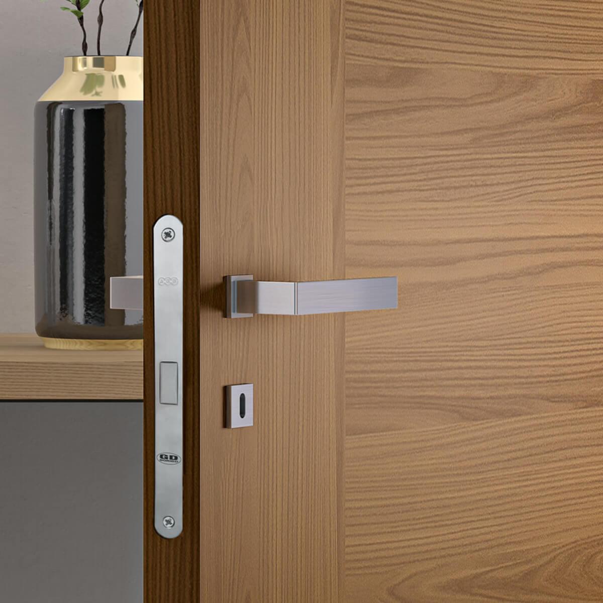 Eleganti porte per interni in laminato con inserti in ...
